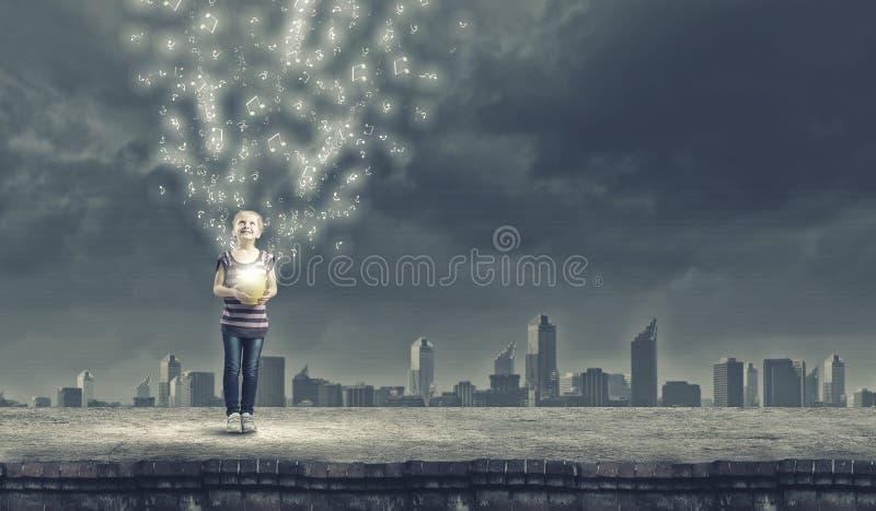 Flicka med hinken fotografering för bildbyråer
