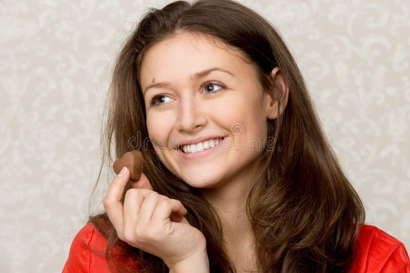 Flicka med hjärta formad choklad royaltyfri foto
