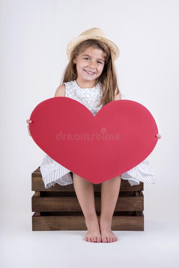 Flicka med hjärtavalentin` s arkivfoton