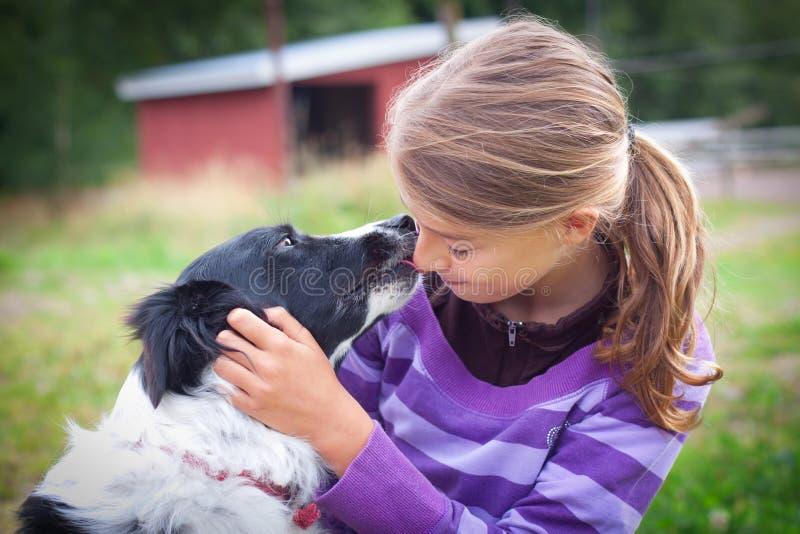 Flicka med hunden royaltyfria foton
