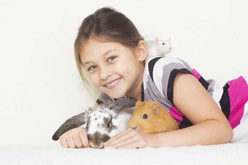 Flicka med husdjur arkivfoto