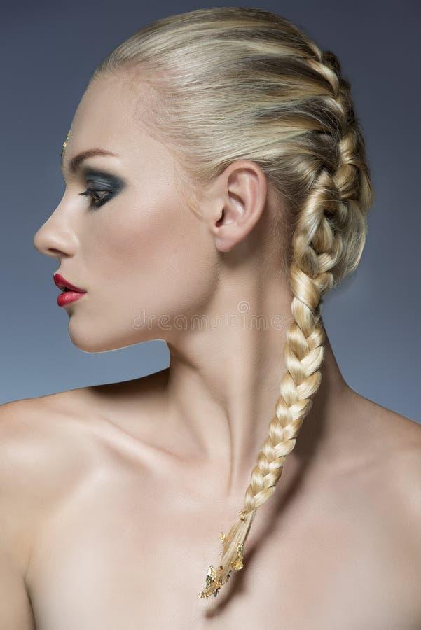 Flicka med idérikt smink och hår-stil arkivfoton