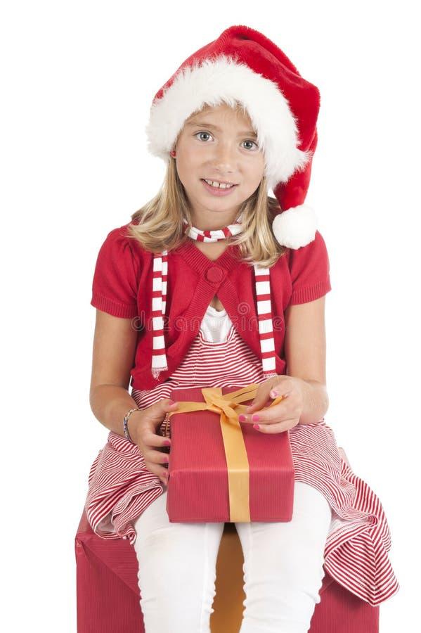 Flicka med jul hatt och present på white royaltyfria foton