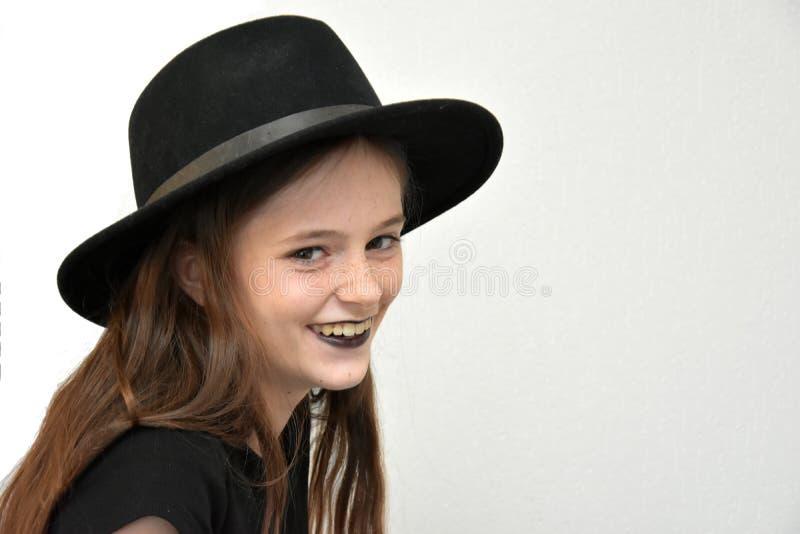 Flicka med kanter för hatt och för svart för svart man` s arkivbilder