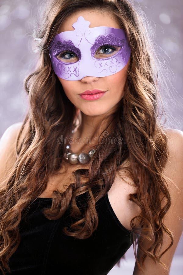 Flicka med karnevalmaskeringen royaltyfria bilder