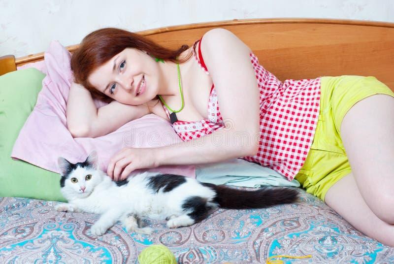 Flicka med kattungen royaltyfri foto