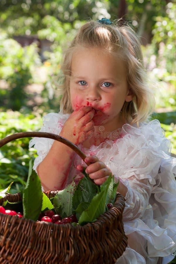 Flicka med korgen av körsbär arkivfoton