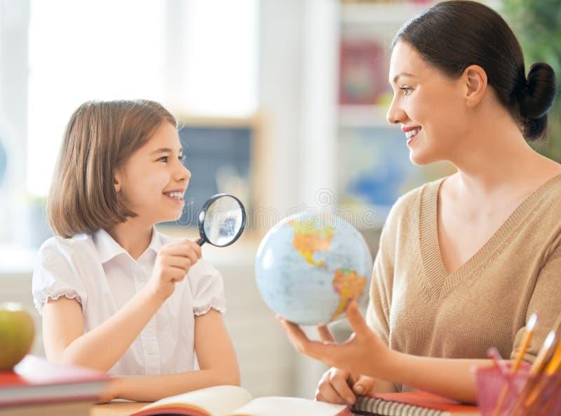 Flicka med läraren i klassrum royaltyfria bilder
