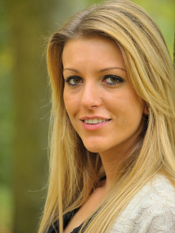 Flicka med långt blont hår
