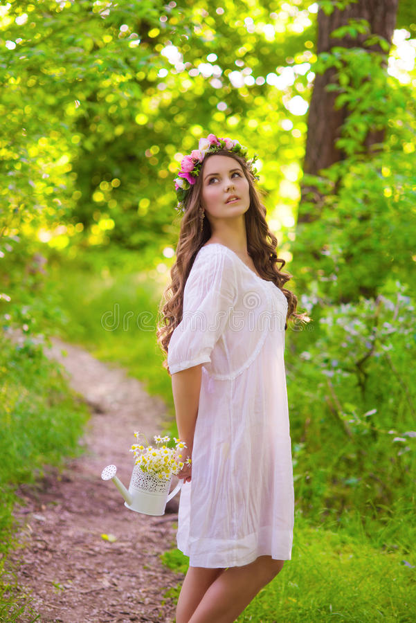 Flicka med långt hår i en skog royaltyfri bild
