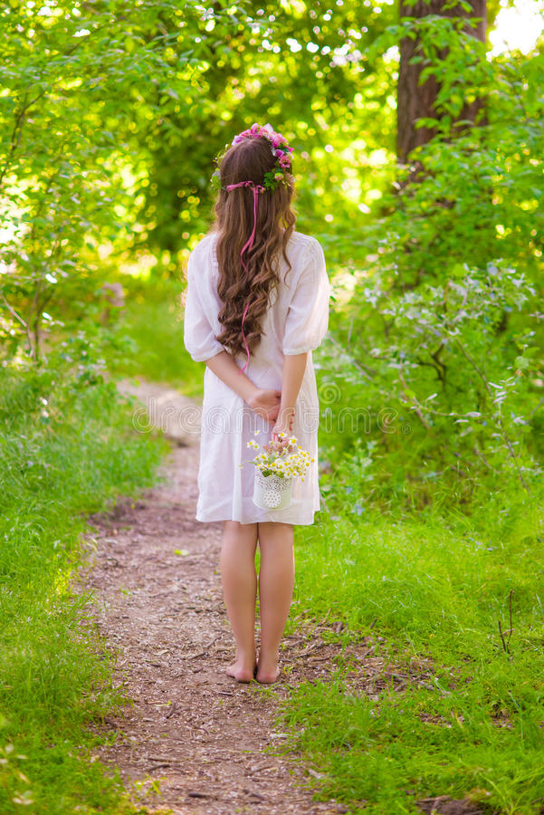 Flicka med långt hår i en skog royaltyfria bilder