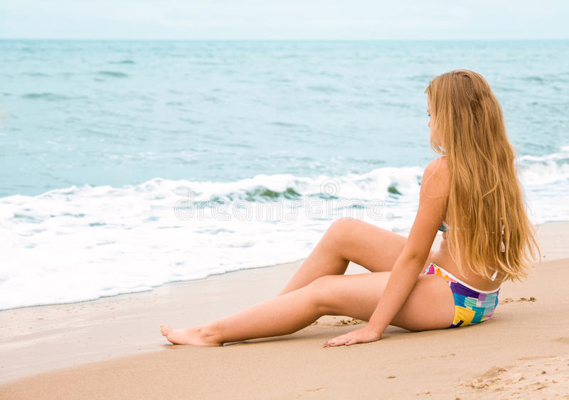 Flicka med långt hår på stranden royaltyfri bild