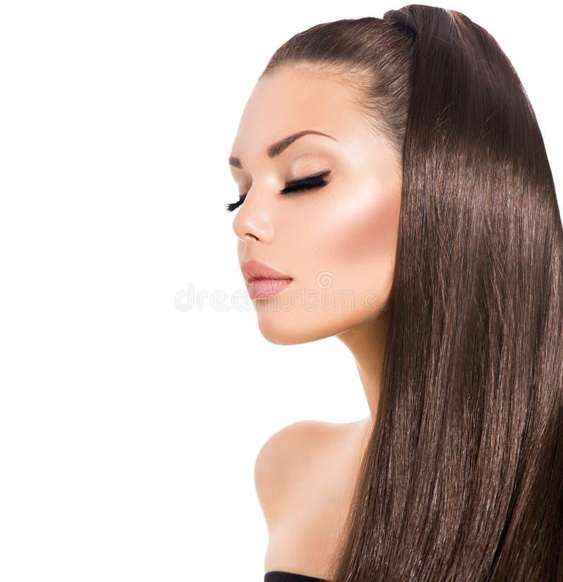 Flicka med långt sunt brunt hår arkivfoto