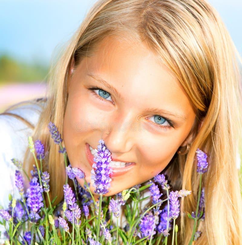 Flicka med lavendel fotografering för bildbyråer