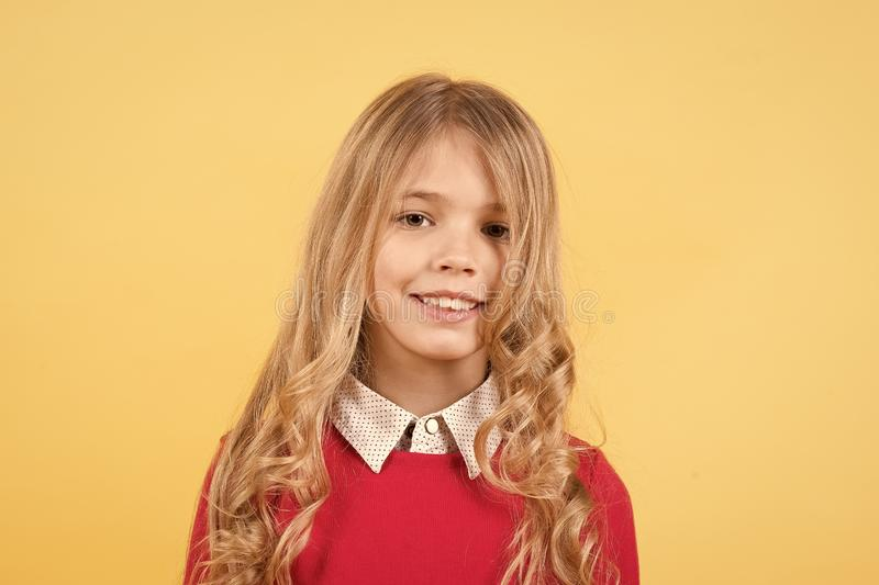 Flicka med leende på nätt framsida royaltyfri fotografi
