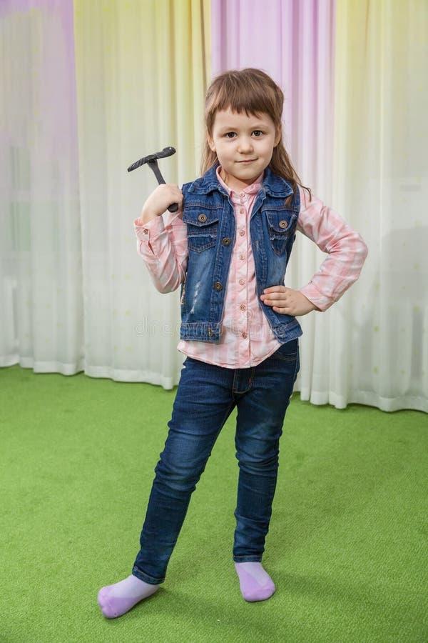Flicka med leksakmustaschen royaltyfri fotografi
