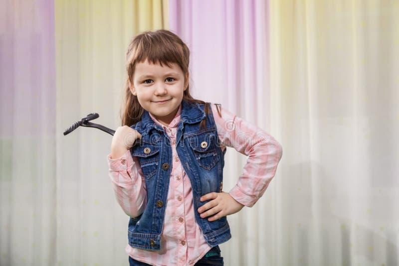 Flicka med leksakmustaschen royaltyfri foto