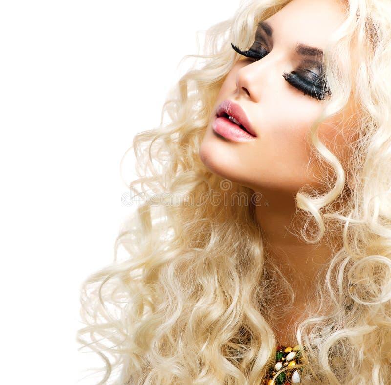 Flicka med lockigt blont hår arkivbild