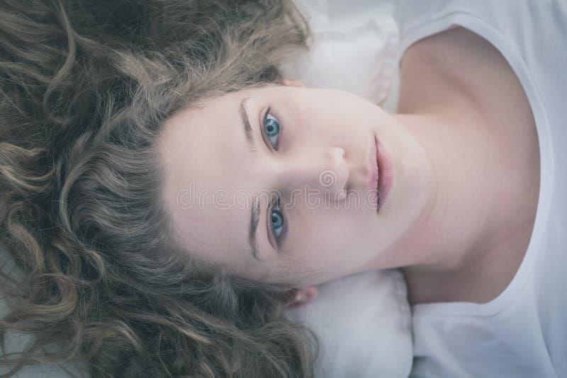Flicka med lockigt smutsigt hår arkivfoton