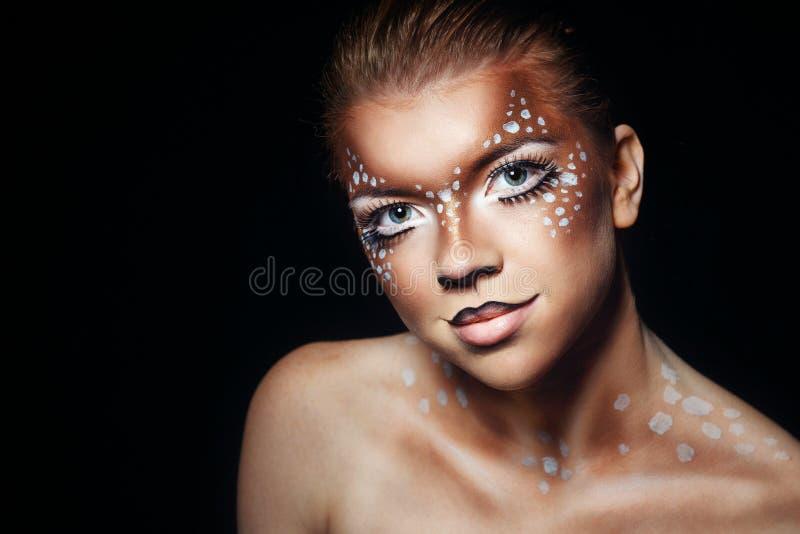 Flicka med makeuphjortar arkivbilder