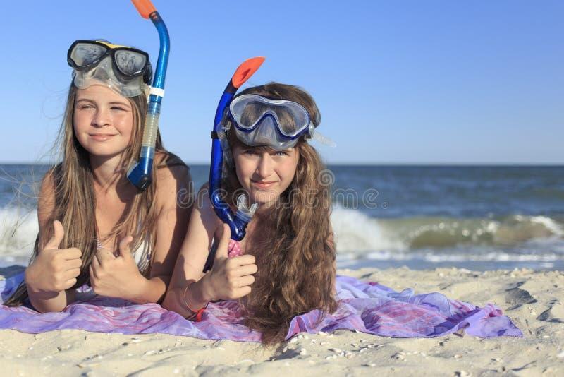 Flicka med maskeringen och snorkel för dykapparatdykning fotografering för bildbyråer