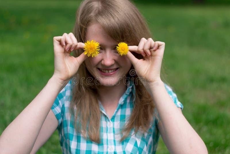 Flicka med maskrosor arkivfoton
