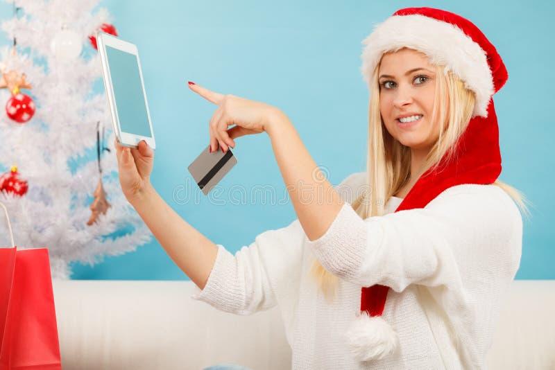 Flicka med minnestavlakreditkorten som gör online-shopping arkivbild