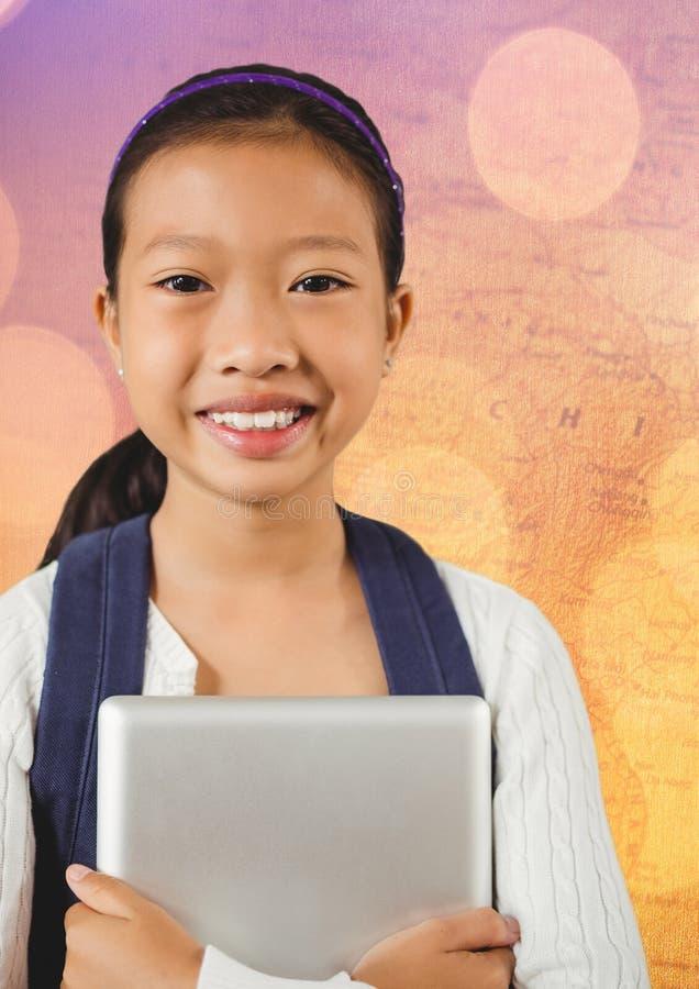 Flicka med minnestavlan mot översikt med bokeh royaltyfri bild