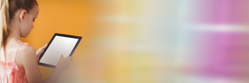 Flicka med minnestavlan mot den gula väggen med regnbågeövergång arkivfoton