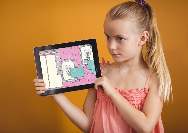flicka med minnestavlan som visar designen av hennes nya rum arkivfoto