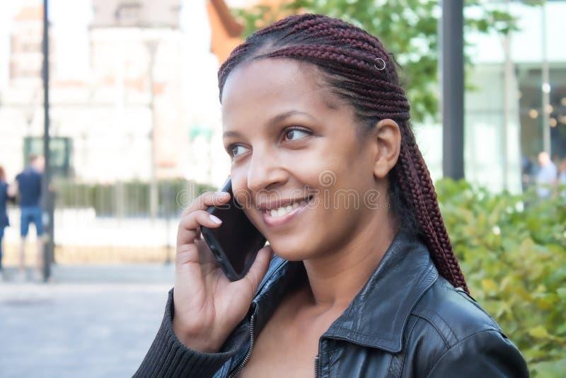 Flicka med mobiltelefon arkivfoton