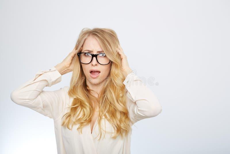 Flicka med nerdexponeringsglas Isolerat på vit arkivfoto