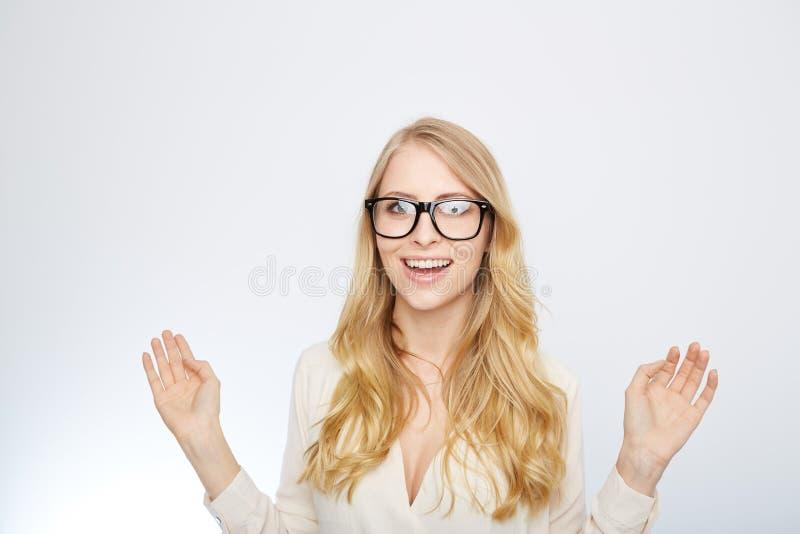 Flicka med nerdexponeringsglas Isolerat på vit arkivfoton
