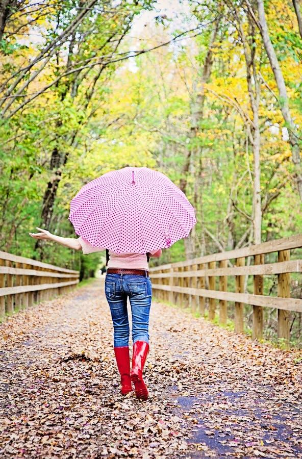 Flicka med paraplyet arkivbilder