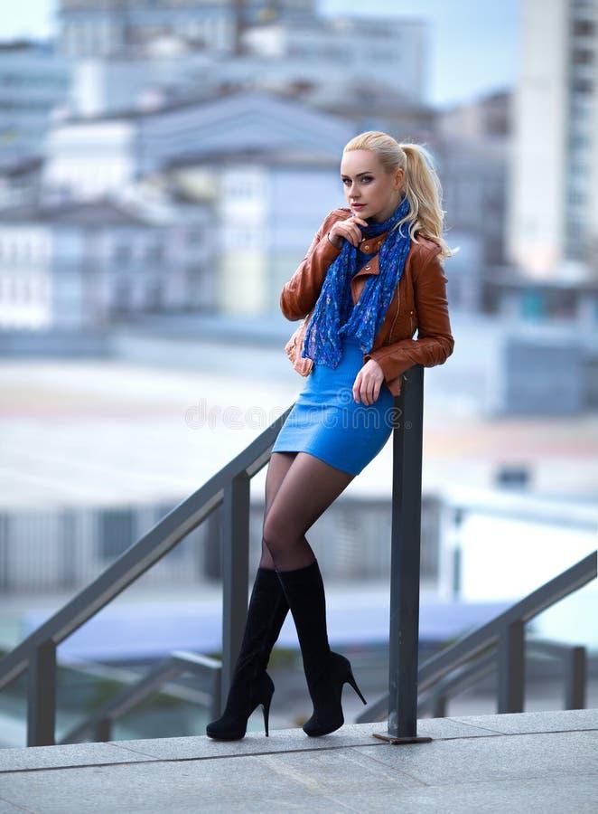 Flicka med perfekta ben i strumpbyxor på stadsfyrkanten royaltyfri foto