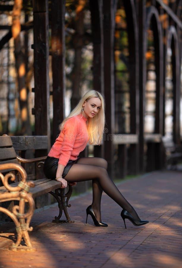 Flicka med perfekta ben i strumpbyxor p? stadsfyrkanten arkivbilder