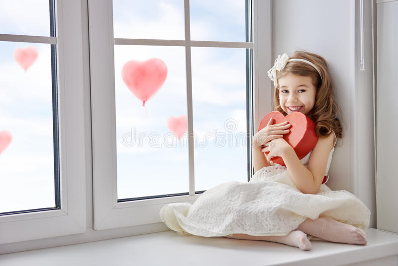 Flicka med röd hjärta arkivbild