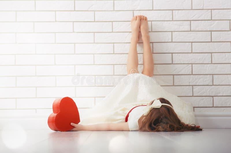 Flicka med röd hjärta royaltyfri fotografi