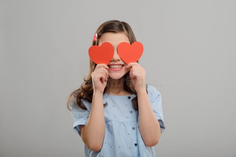 Flicka med röda hjärtaögon royaltyfria foton