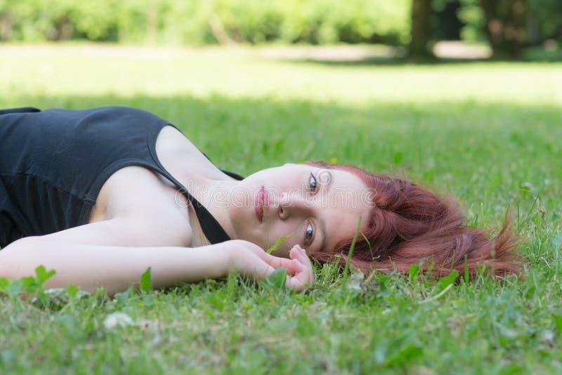 Flicka med rött hår fotografering för bildbyråer