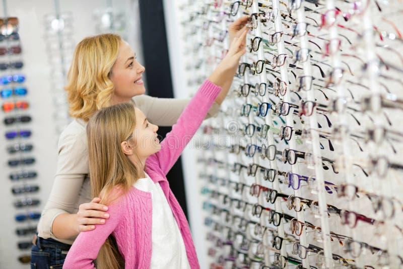 Flicka med ramar för moderförsököga arkivbilder
