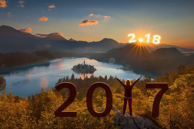 Flicka med resningarmar på 2017 och se framåtriktat till 2018 arkivbilder