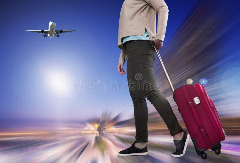 Flicka med resväska på hjul royaltyfri foto