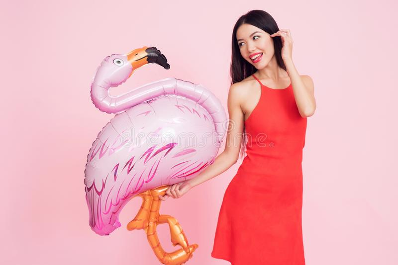 Flicka med rosa flamingobaloon på rosa bakgrund som firar kvinnors dagmars 8 royaltyfria foton