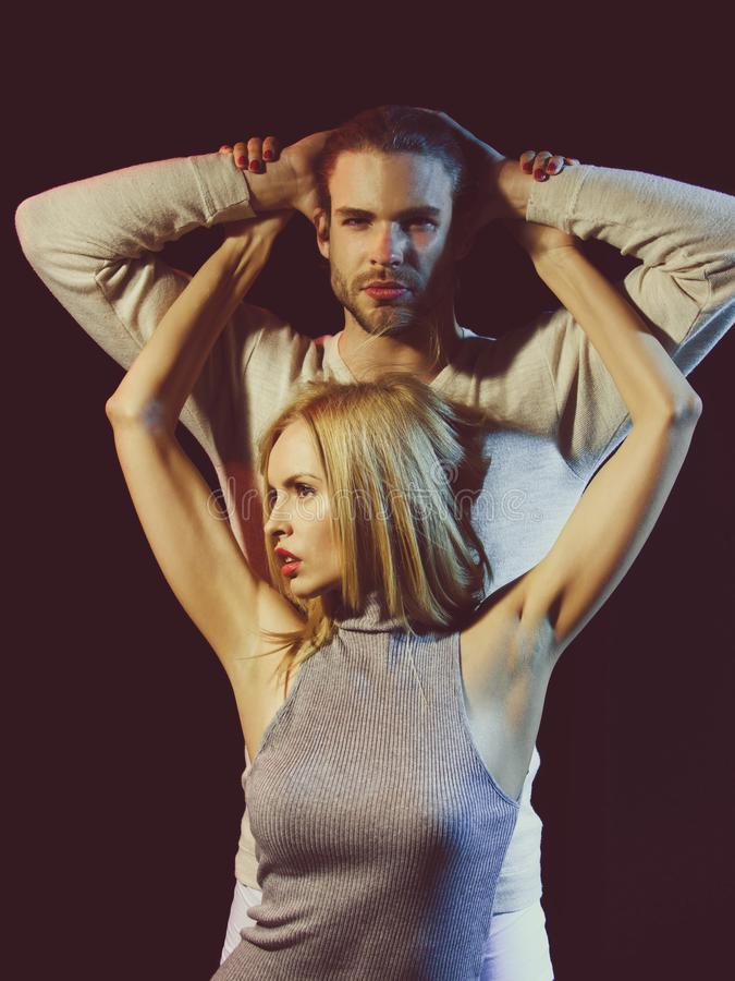 Flicka med rosa kanter, manikyr, blont hår som omfamnar den unga mannen fotografering för bildbyråer