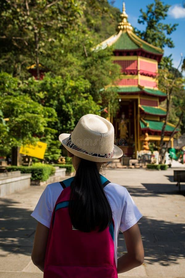 Flicka med ryggsäcken som skriver in till Quan Yin Shrine royaltyfria foton