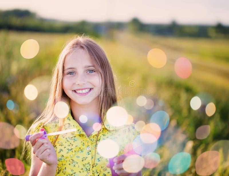 flicka med såpbubblor royaltyfri fotografi