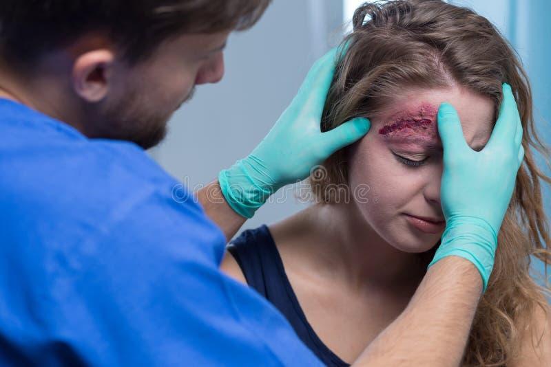 Flicka med såret av huvudet arkivfoto
