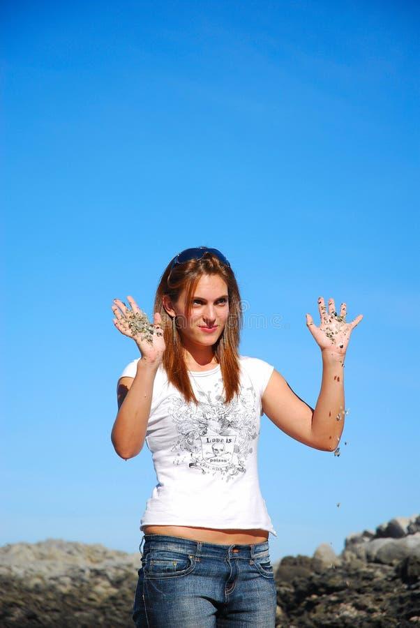 Flicka med sandiga händer fotografering för bildbyråer