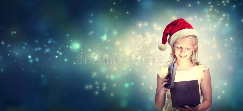 Flicka med Santa Hat Opening Gift Box arkivfoto